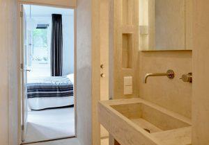 Doorkijk van badkamer naar slaapkamer Corridor de bains